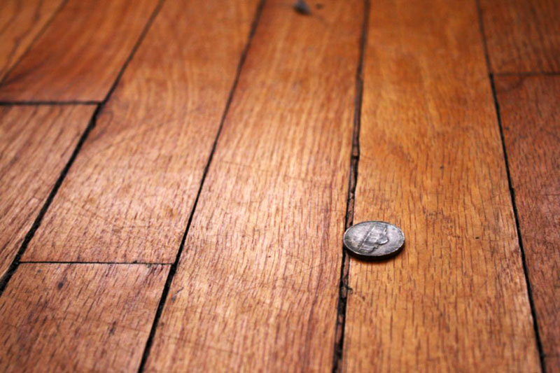 Чем заделать щели в деревянном полу дачи или квартиры?
