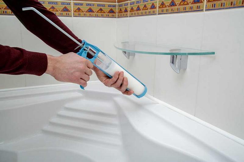 Какие способы помогут удалить силиконовый герметик с той или иной поверхности - ванны, кафеля или плитки, пластика или стекла и так далее