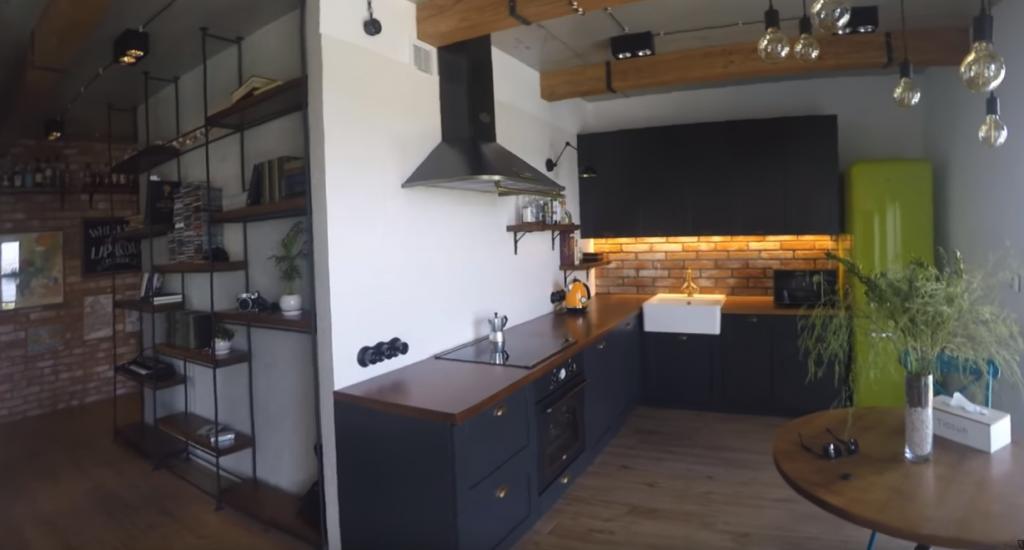 интерьер кухни с кирпичной стеной