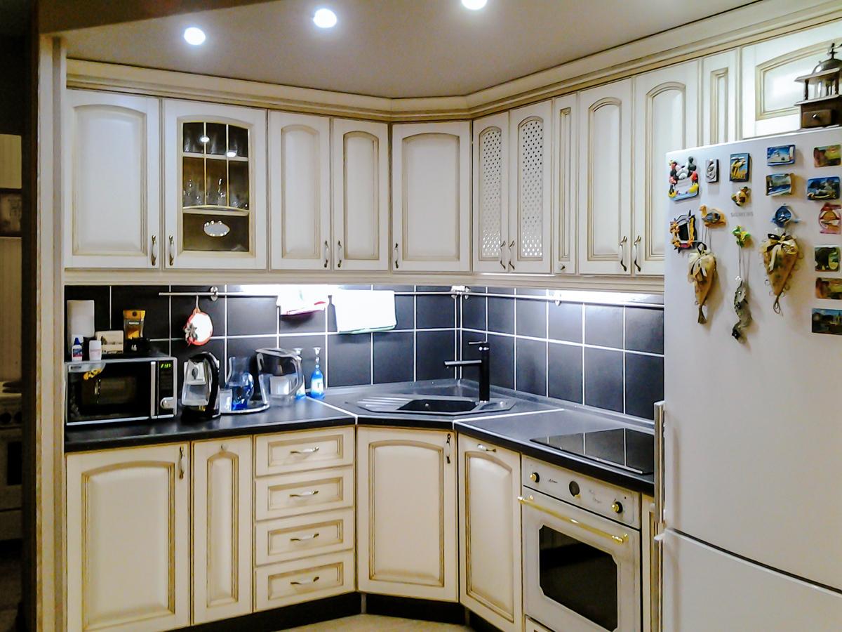 Угловые кухни (150 фото)