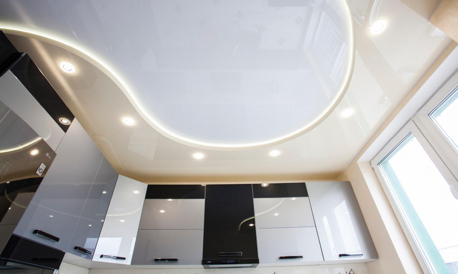 двухуровневые натяжные потолки с подсветкой в зал
