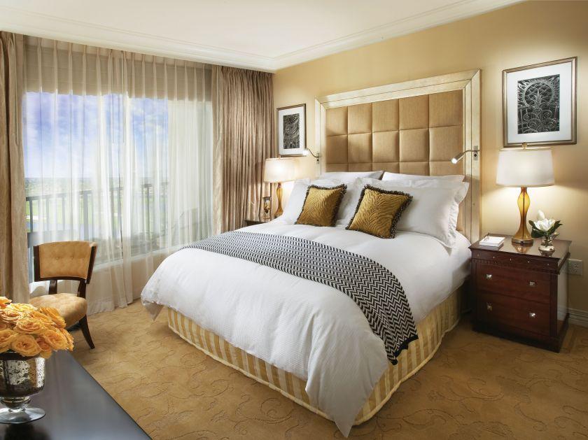 Оформление окна в спальне