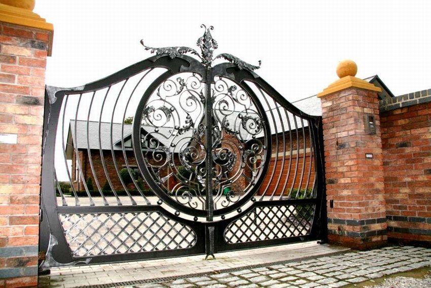 ворота с калиткой с элементами ковки