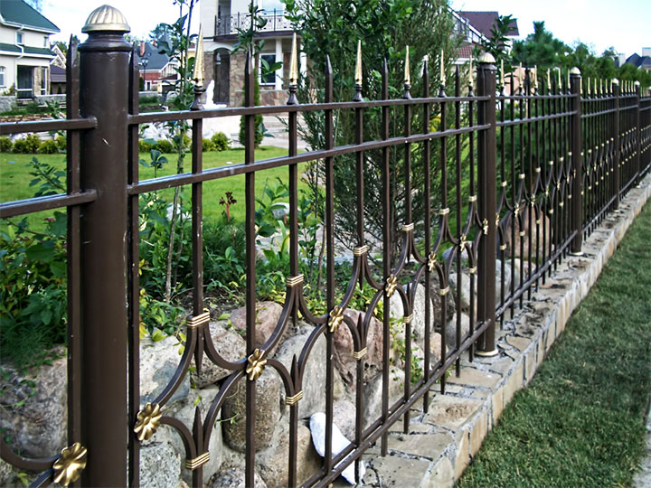 Кованые заборы, варианты лучших решений для загородного участка