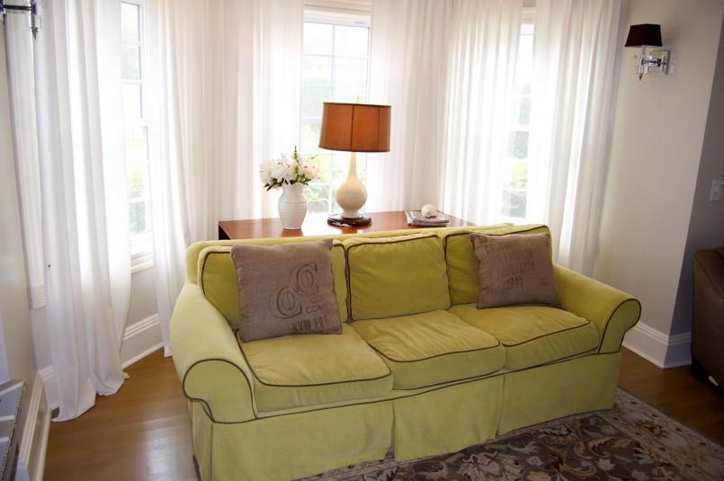 Шторы в прихожую (61 фото): дизайн коротких и длинных штор на окно и на дверь в коридоре. выбираем занавески на узкие и широкие окна