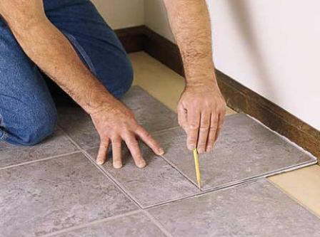 Как провести укладку плитки ПВХ