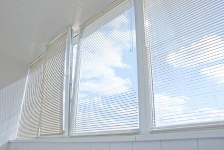 Как выбрать жалюзи для балкона или лоджии
