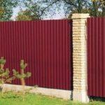 Забор из металлопрофиля – красиво, выгодно и просто