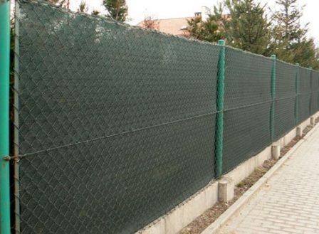 поставить забор из сетки рабицы