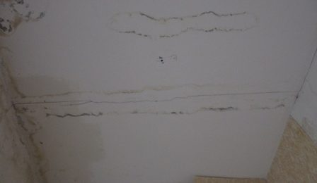 избавиться от пятен на потолке