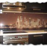 Стеклянный кухонный фартук: что это такое и для чего он нужен?