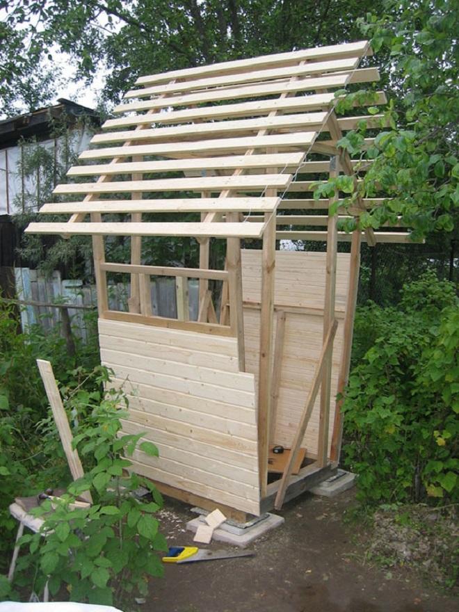 Возведение домика: сборка и обшивка каркаса, крыша