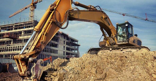 Экскаваторы — одни из первых на стройплощадке