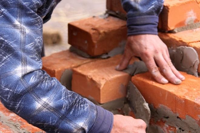 Возведение кирпичных или каменных стен