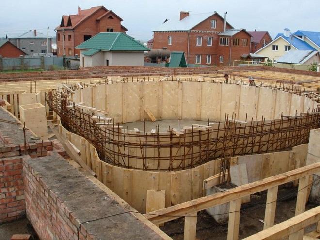Монтаж опалубки для стен бассейна и фундамента и заливка пола