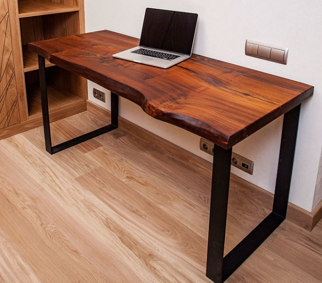 Прямой деревянный стол для компьютера