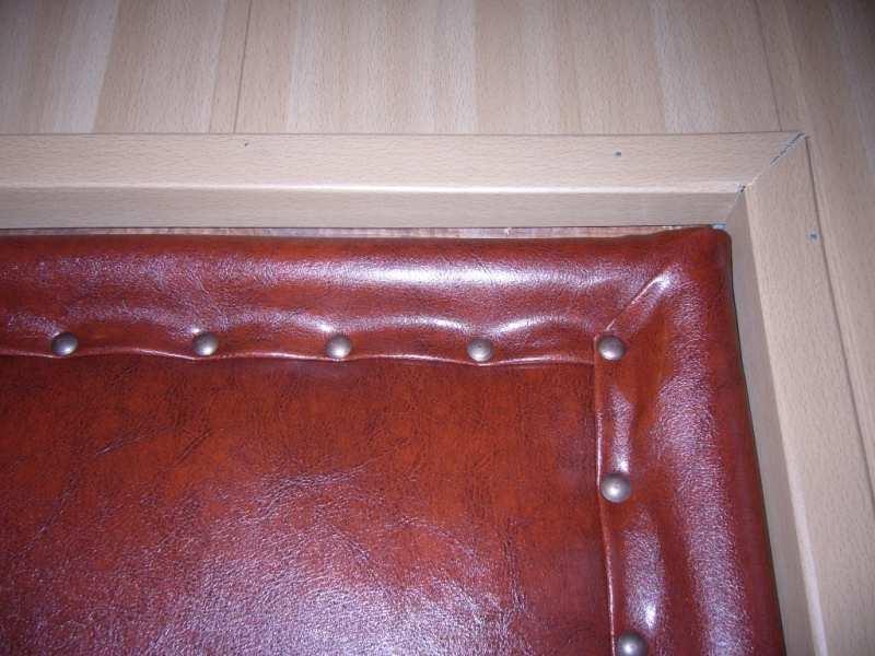 Обитая деревянная дверь