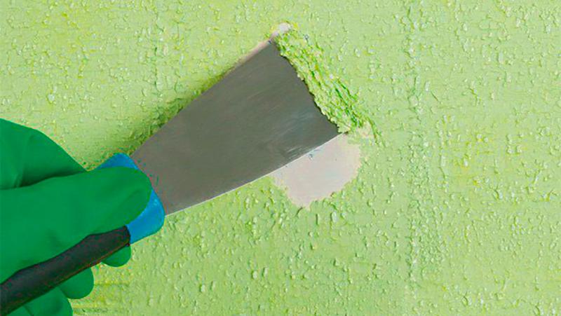 Снятие краски с бетонной стены шпателем