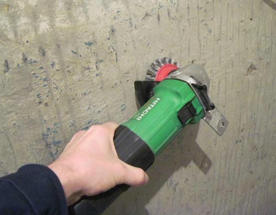 Снятие краски с бетонной стены