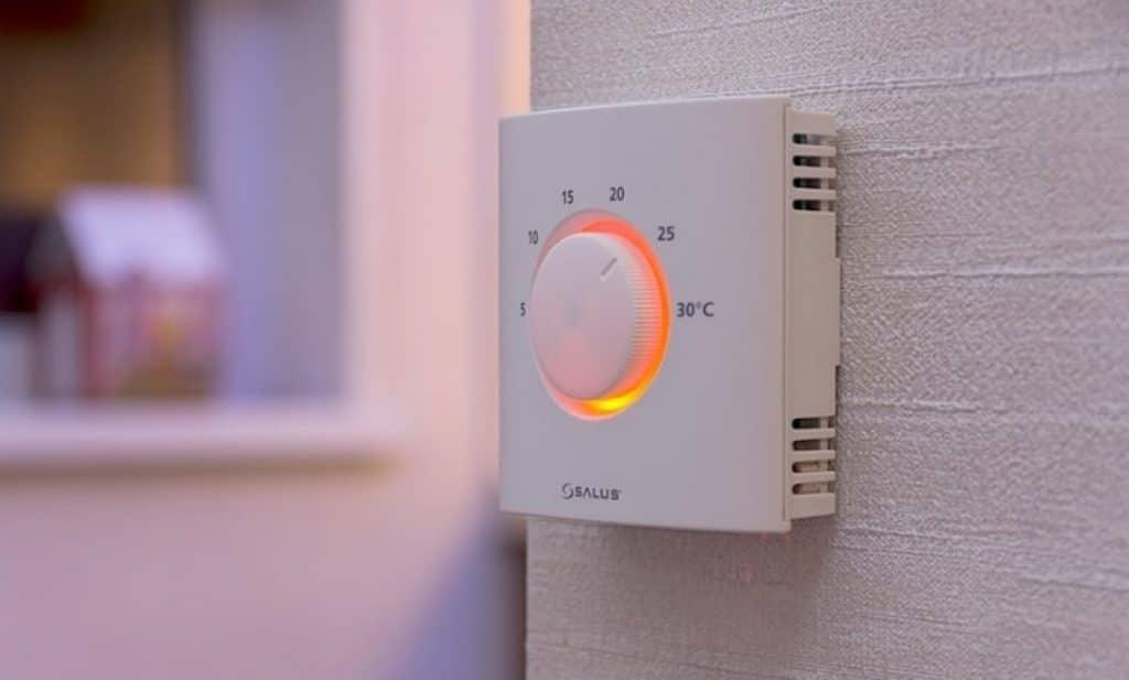 Установленный терморегулятор для тёплого пола