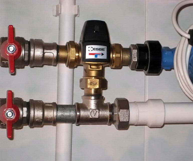Установленный трёхходовой смесительный клапан