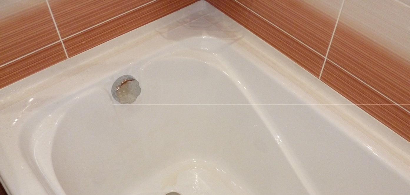 Ванна, оклеенная бордюрной лентой