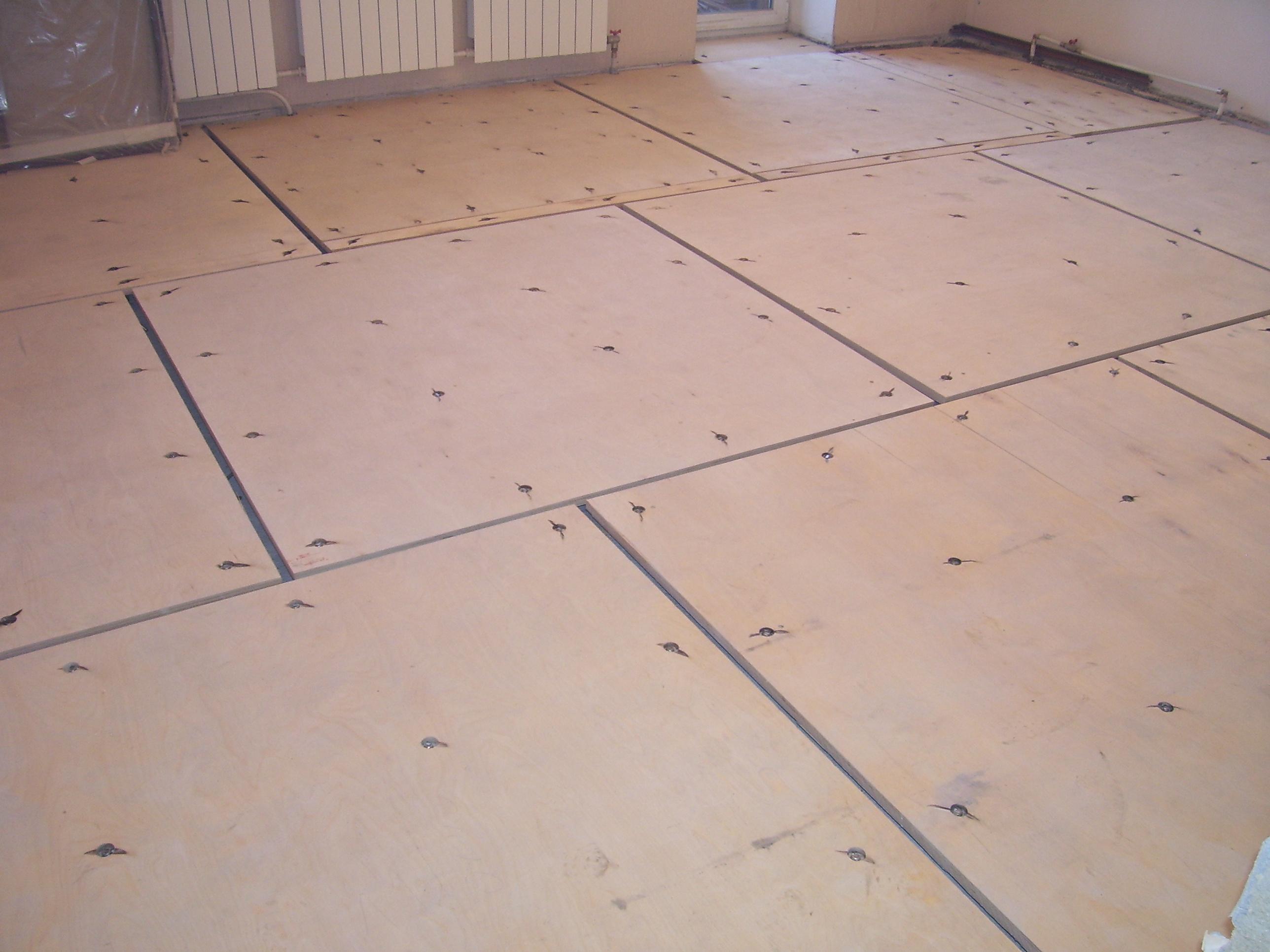 Фанера, уложенная на бетонный пол
