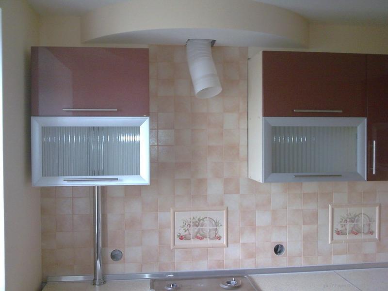 газовая труба на кухне и кухонный гарнитур