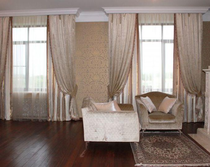 дизайн штор для гостиной с двумя окнами