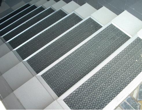 Уличные резиновые коврики на ступеньки от скольжения: разновидности, способы монтажа противоскользящих изделий