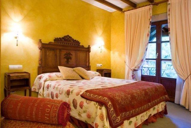 Правильное расположение бра над кроватью в спальне