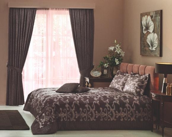 Выбираем комплект из штор и покрывала для спальни