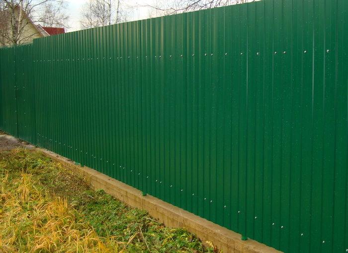металлический забор из профлиста на дачу
