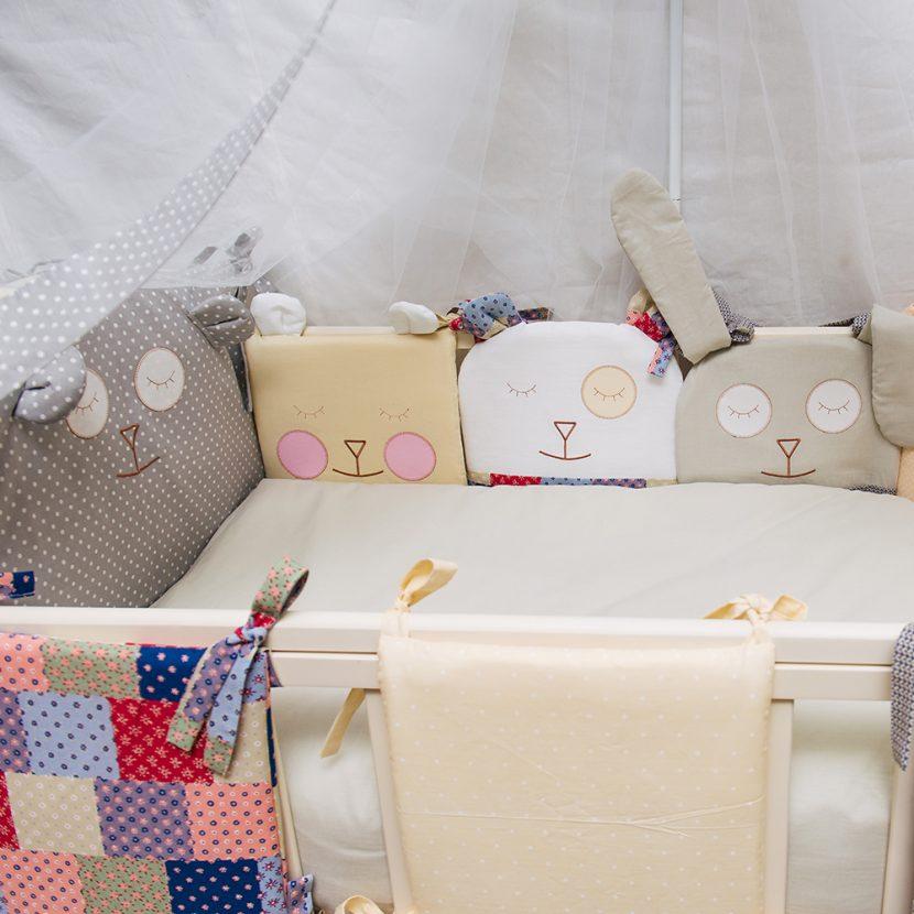 Бортики в детскую кроватку своими руками: выбор ткани и набивки, инструкции по пошиву