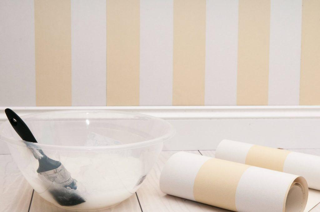 Куда наносить обойный клей: на стену или на полотно обоев