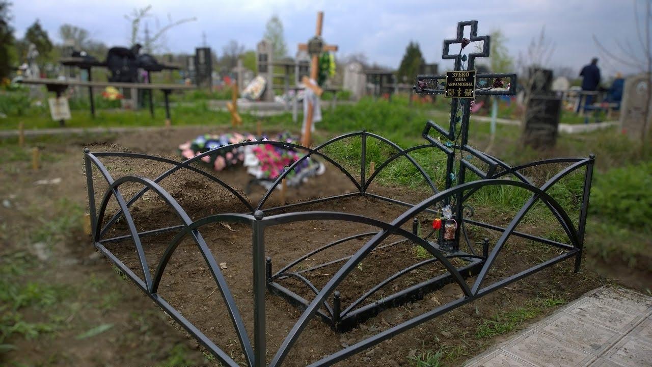 Кованые ограды на могилы: красивые элитные и недорогие конструкции на кладбище, с цоколем из гранита и других материалов, с цветами, розами и прочими элементами
