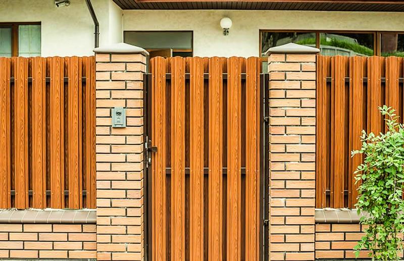 Красивые заборы из металлического штакетника фото дизайна | shtaketniki.ru
