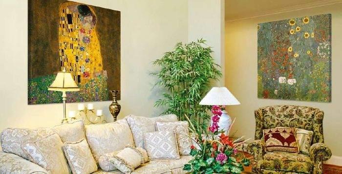 Полки над диваном (18 фото): полки на стене над диваном в интерьере спальни и гостиной, полки из гипсокартона и других материалов