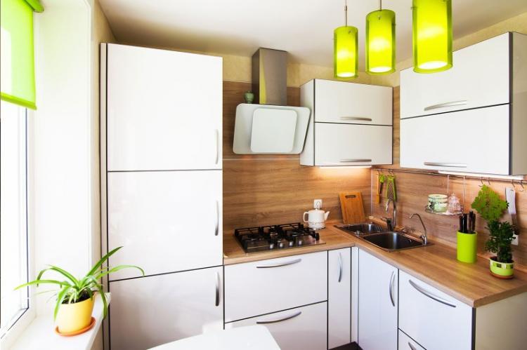 Эстетичный дизайн маленькой кухни с газовой колонкой
