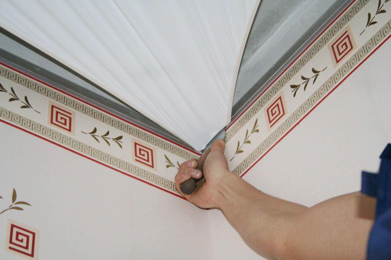 Порядок действий при отделке комнаты: сначала натяжной потолок или обои?