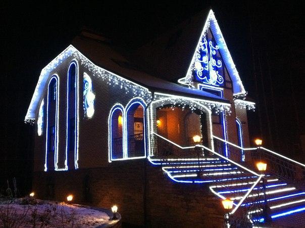 Новогоднее оформление фасада (47 фото): световое украшение домов снаружи к новому году, как оформить входную группу и крыльцо 2021