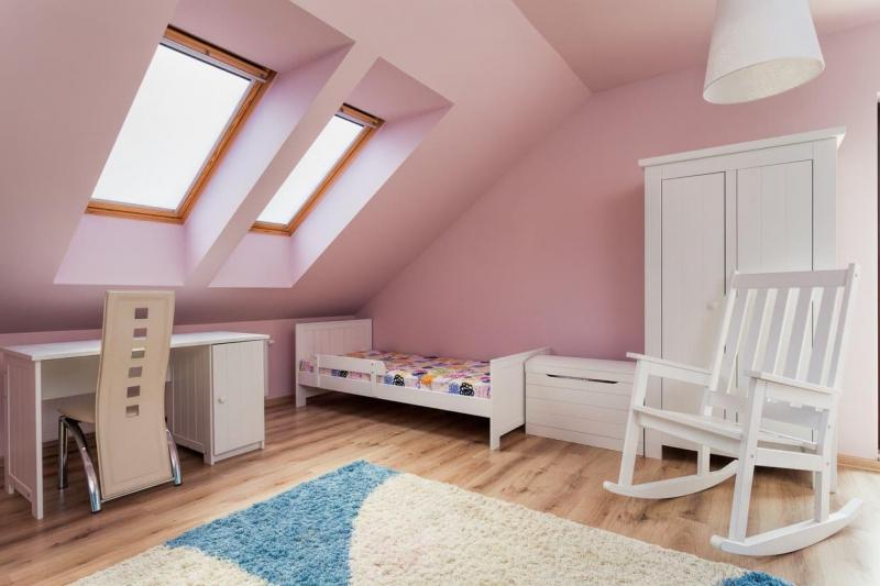 Подбираем шторы к розовым обоям
