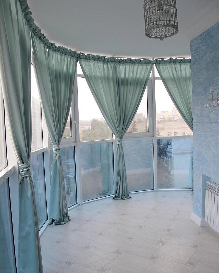 Шторы на балкон (115 фото): идеи оформления балконных окон занавесками. как красиво повесить нитяные шторки? дизайн легких брезентовых штор и другие варианты