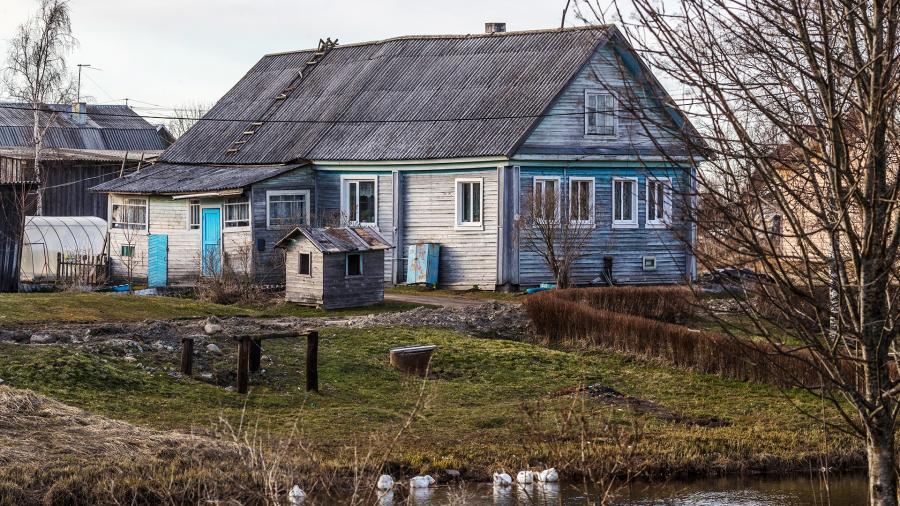 Дом в деревне бесплатно: на каком портале искать недвижимость онлайн, как получить даром участок с правом собственности
