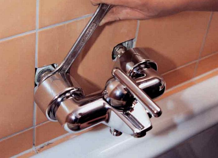 Высота смесителя в ванной комнате: правила и стандарт