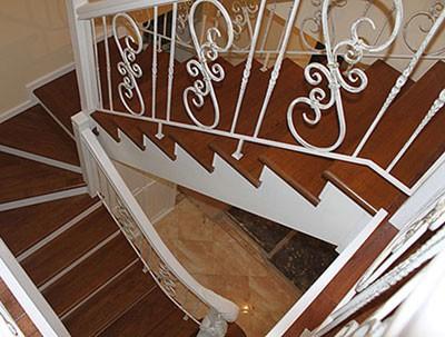 облицовка металлической лестницы деревом