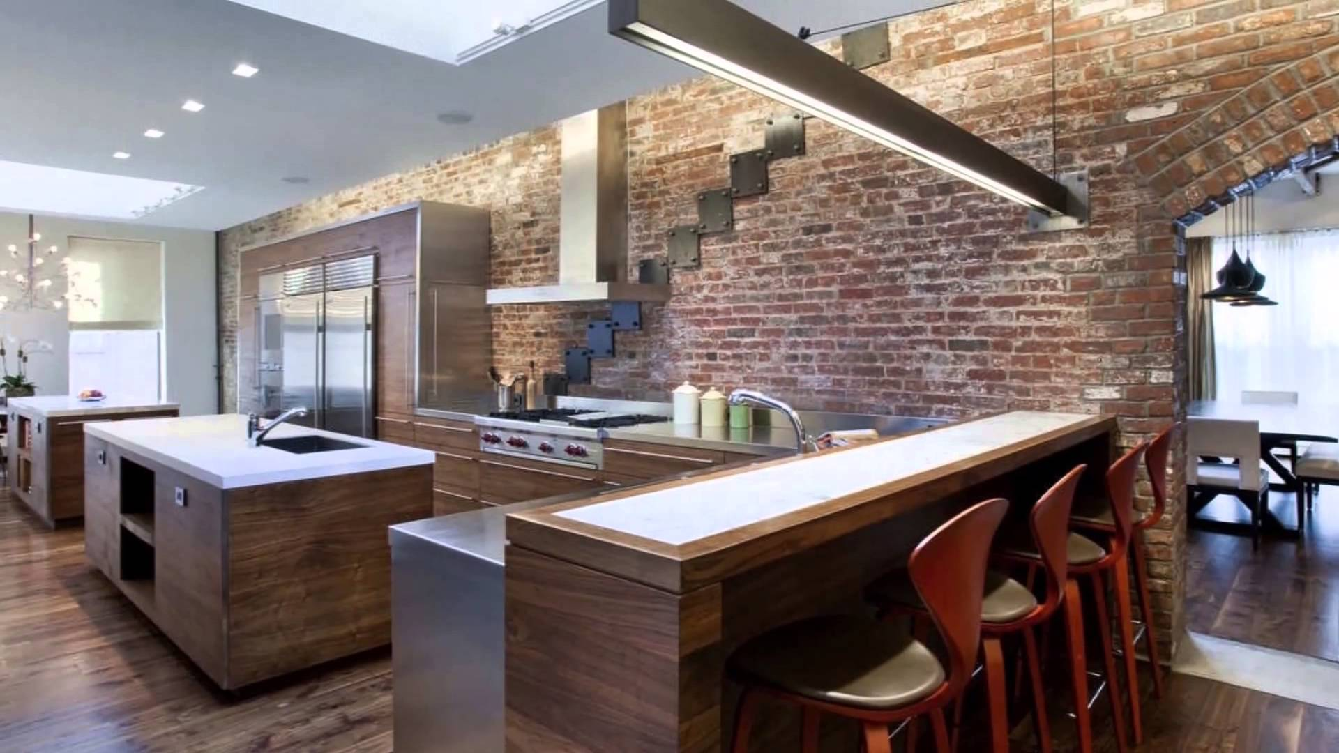 Кухня в стиле лофт: фото современного интерьера в квартире, дизайн с кирпичом, стол и стулья в столовую, зонирование диваном, шторы и люстры, барная стойка