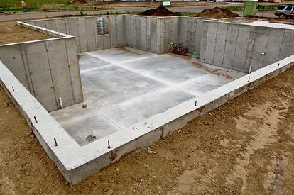 Как правильно построить фундамент дома с подвалом: расчеты и технологии строительства