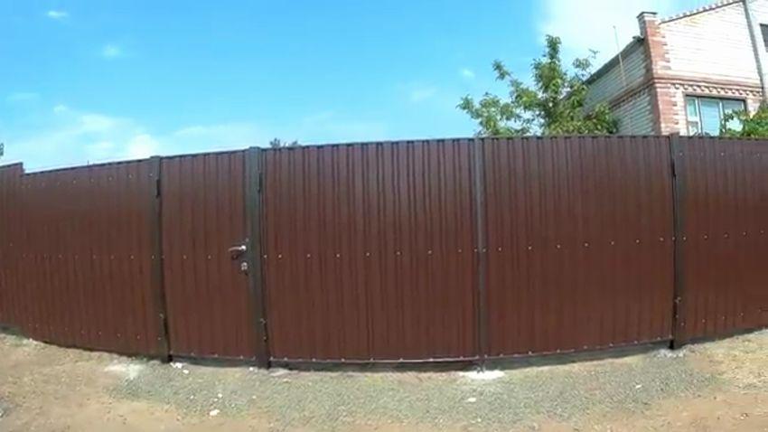 Забор из профнастила своими руками: конструкция, материалы, дизайн, фотоотчет