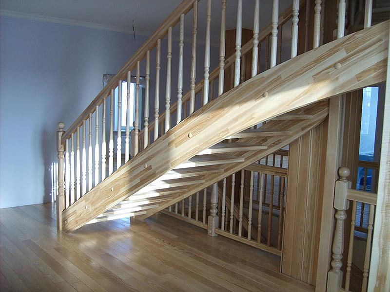 Отделка деревянных лестниц и отделка лестниц деревом: как достичь гармонии